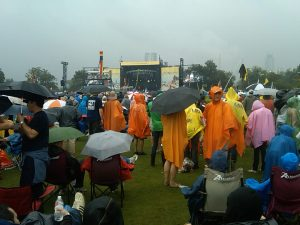 Rain-soaked crowds watching Citizen Cope at the ACL Festival (photo credit: Felix Colagrossi)